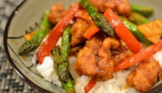 ほんの少しの手間で炒めものを美味しくするレシピ ピリ辛チキンどんぶり