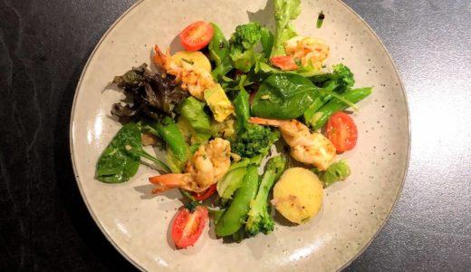 ピリリとチリを効かせた海老のサラダで軽いディナーに