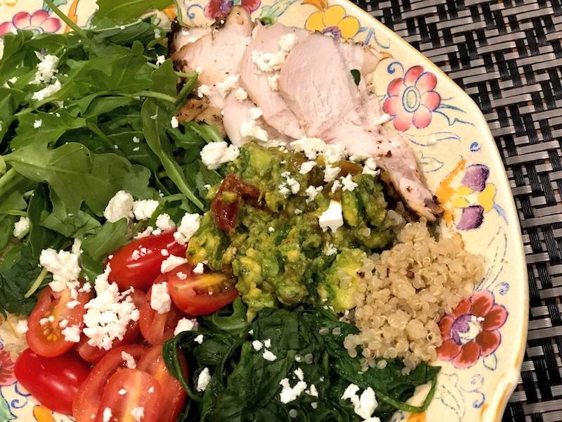 チキンとキヌアのカラフルなサラダ